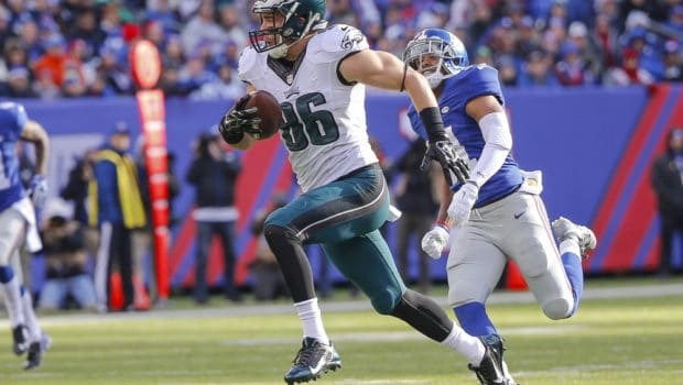 Jan 3, 2016; East Rutherford, NJ, USA;  Philadelphia Eagles tight end Zach Ertz (86) carries the ball during the second quarter against the New York Giants at MetLife Stadium. Mandatory Credit: Jim O'Connor-USA TODAY Sports